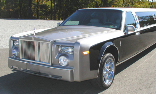 A photo of one of our luxury rolls royce picking up a couple in Hinsdale, IL